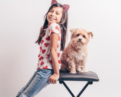 Hond poseert samen met kind
